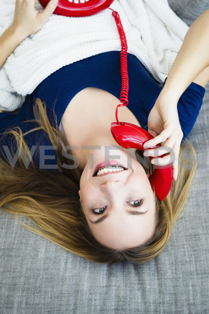 Germany, Bavaria, Munich, Young woman talking on telephone, smiling - SPOF000286 - 4r3p/Westend61