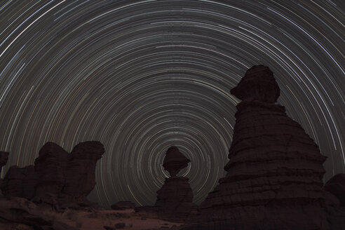 Africa, Chad, View of star trail and rock formation at Ennedi range - RM000564