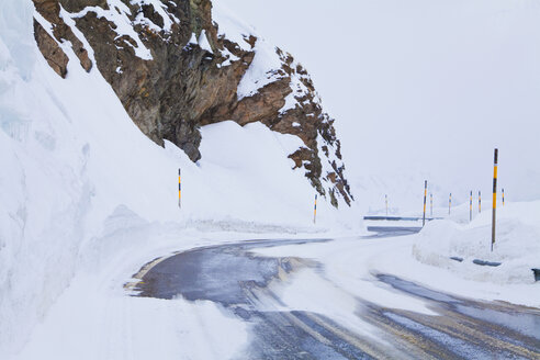Switzerland, View of snow covered street - WDF001736