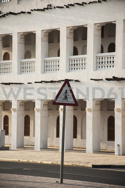 Qatar, Doha, Street sign on road with building in background - FB000029 - Frank Blum/Westend61