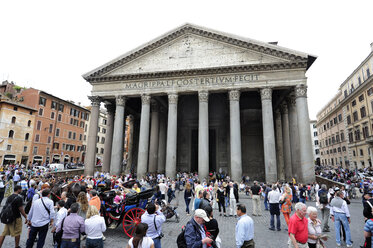 Italy, Rome, People in front of Pantheon - MIZ000314