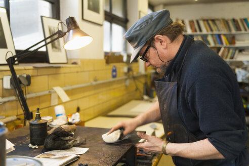 Germany, Bavaria, Mature man working in print shop - TC003433