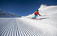 Austria, Salzburg, Mid adult man skiing in mountain of Altenmarkt Zauchensee - HHF004591