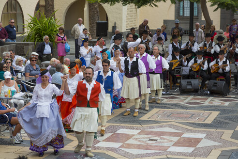 Spain, Gran Canaria, Peoples dancing in canarian village - MAB000024