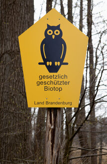Germany, Sign post in forest - ND000396