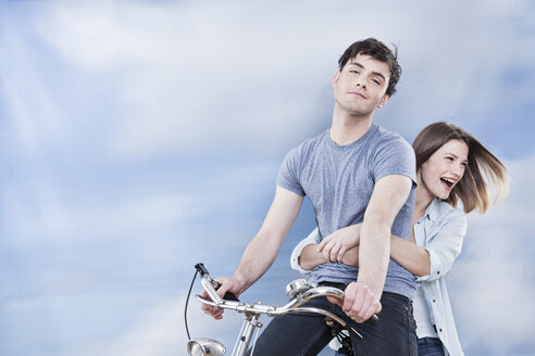 Germany, Cologne, Couple having fun on bicycle, smiling - FMKF000832