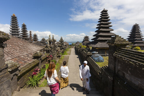 Indonesia, People walking at Pura Penataran Agung temple - AM000105