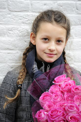 Netherland, Gouda, Girl holding bunch of flowers, close up - MIZ000297