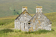 United Kingom, Scotland, View of ruined house in northern highlands - ELF000159