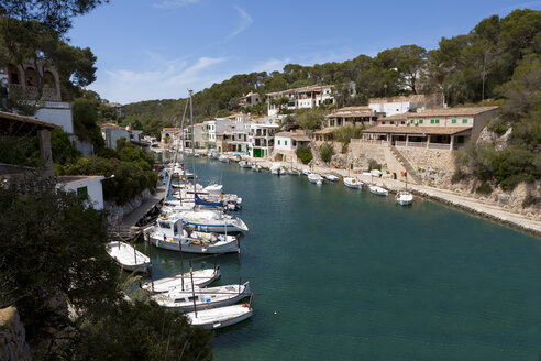Spain, Majorca, View of Fishing boat at harbour of Cala Figuera - AM000312