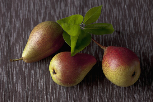 Pears with leaves, close up - CSF019372