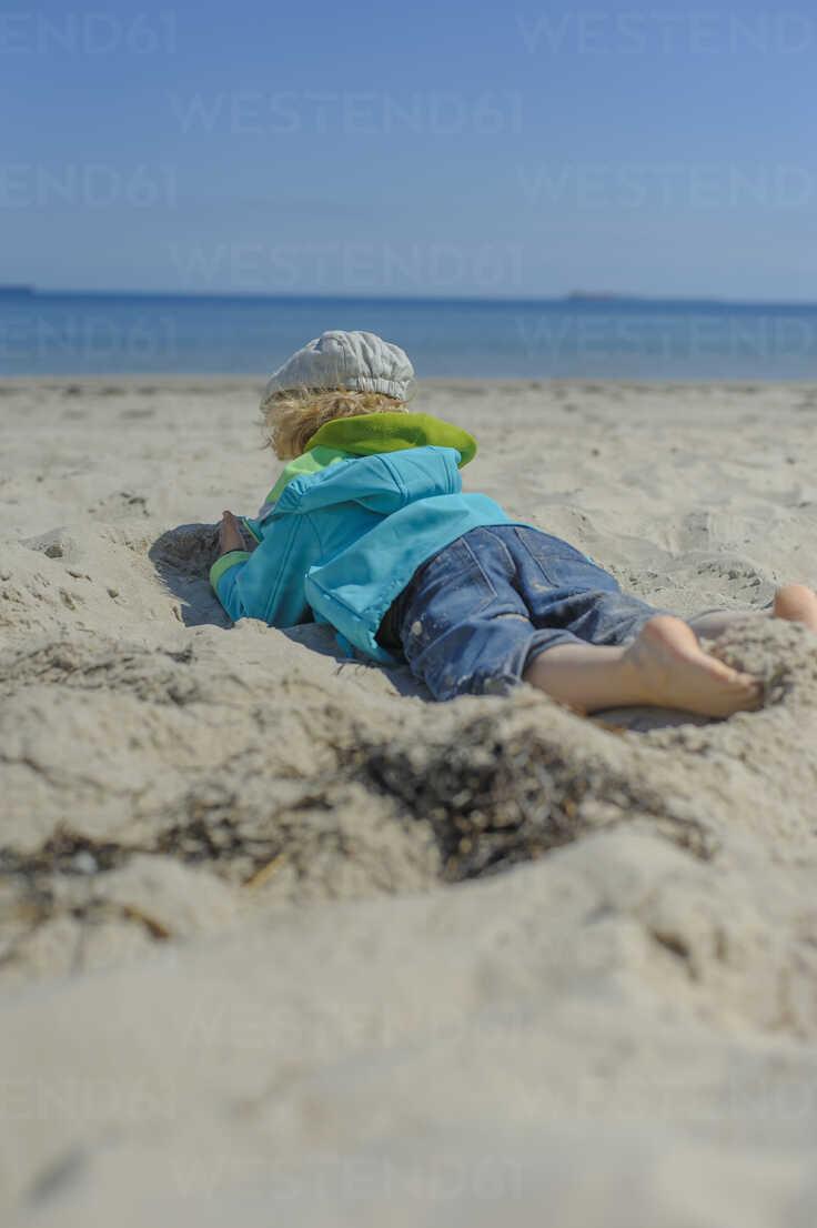 Germany, Mecklenburg Western Pomerania, Boy relaxing on sand at baltic sea - MJF000171 - Jana Mänz/Westend61