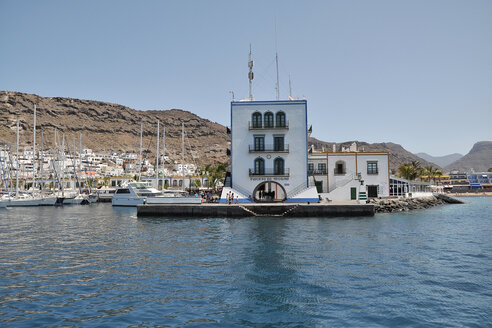 Spain, View of Puerto de Mogan near sea - BST000086