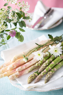 Asparagus officinalis on plate with flower, close up - VTF000004