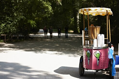 Germany, Bavaria, Munich, Ice cream van in english garden - ED000035