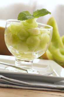 Bowl of honeydew melon on plate, close up - OD000033
