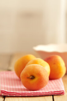 Apricots with napkin on wooden table, close up - OD000046