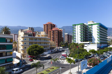 Spain, Puerto de la Cruz, View of city with cars parked - AM000425