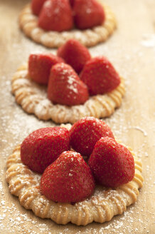 Strawberry tartlet on chopping board, close up - OD000082