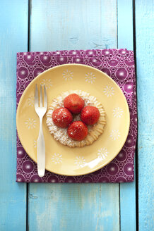 Strawberry tartlet in plate, close up - OD000084