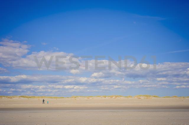 Denmark, Romo, Mature woman with boy playing at North Sea - MJF000262 - Jana Mänz/Westend61