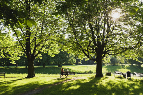 Germany, North Rhine Westphalia, Cologne, People relaxing at park - GW002274