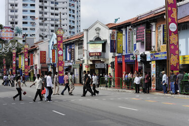 Asia, Singapore, Singapore, Little India, people crossing the Serangoon Road in the Indian district - MIZ000426