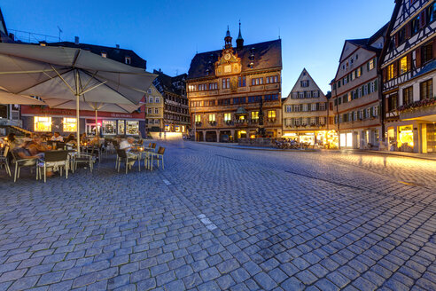 Germany, Baden Wuerttemberg, Market Square with Town Hall at dusk - AM000708