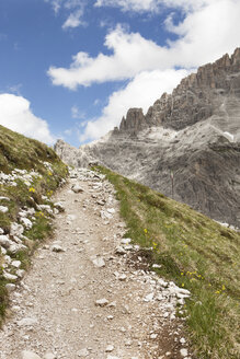 Italy, South Tyrol, Dolomites, Alta Pusteria, Mountainscape with trekking path - SKF001452