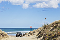 New Zealand, Jeep at Ninety Mile Beach - GW002312