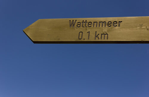 Germany, Lower Saxony, Sign post against clear sky - SJF000037