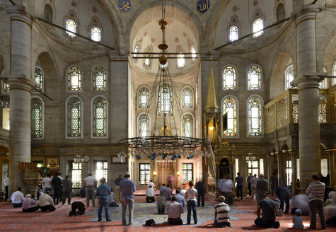 Turkey, Istanbul, People praying at Eyup Sultan Mosque - LH000220