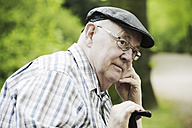 Germany, North Rhine Westphalia, Cologne, Senior man with cap and glasses in park, close up - JAT000153