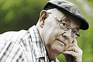 Germany, North Rhine Westphalia, Cologne, Senior man with cap and glasses in park, close up - JAT000131