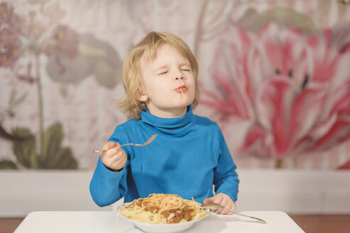 Germany, Saxony, Boy eating spaghetti with fork - MJF000296