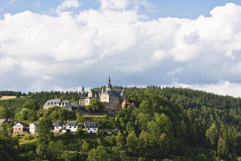 Germany, Bavaria, Ludwigstadt, View of Lauenstein castle - AM000795