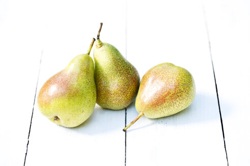 Pears on wooden table, close up - MAEF007065