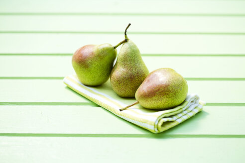 Pears on wooden table, close up - MAEF007063
