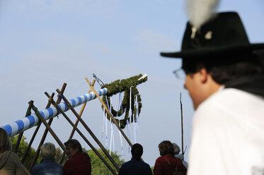 Germany, Bavaria, People raising maypole - LH000234