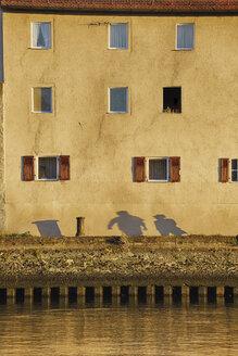 Germany, Bavaria, Regensburg, View of Danube River to house - RUEF001113