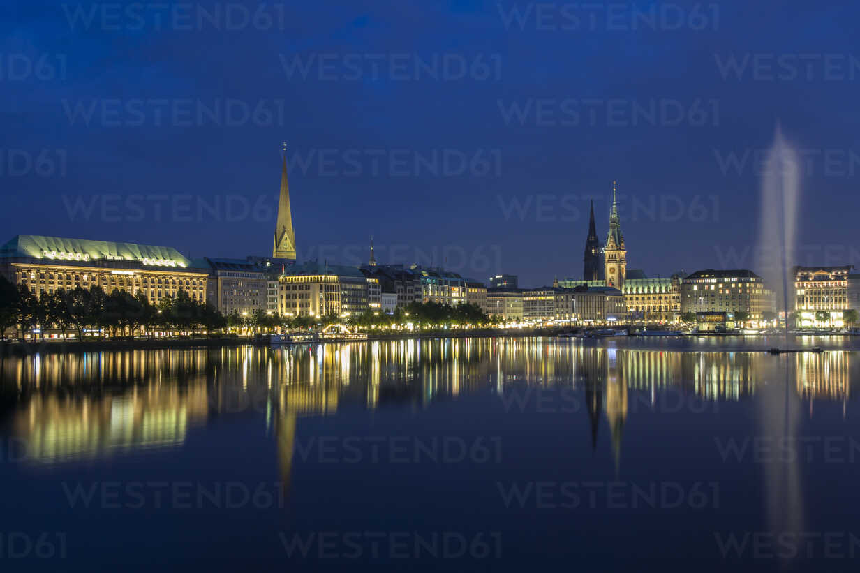 Germany, Hamburg, View of town hall with Binnenalster and fountain - NKF000011 - Stefan Kunert/Westend61