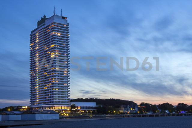 Germany, Lubeck, View of high rise building at beach - NK000005 - Stefan Kunert/Westend61