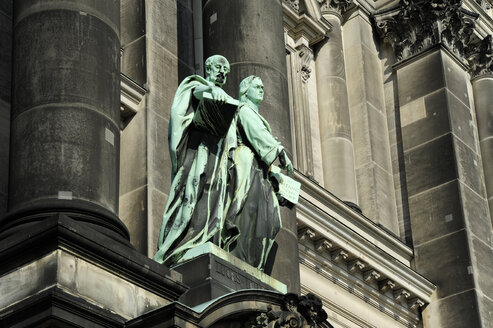 Germany, Berlin, Statues in front of Berlin Cathedral on Museum Island - MIZ000355