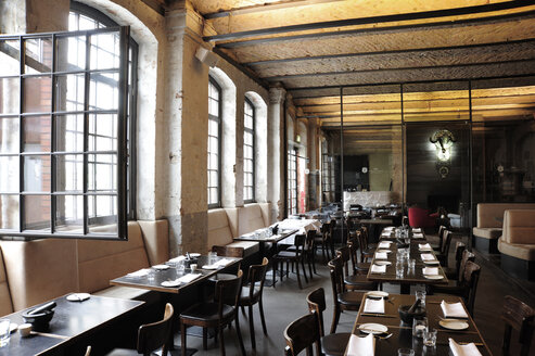 Germany, Berlin, Kreuzberg, Interior of SAGE Restaurant - MIZ000405
