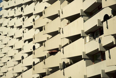 Germany, North-Rhine-Westphalia, Cologne Chorweiler, part of high-rise apartment building with balconies and satellite dishes - WG000012