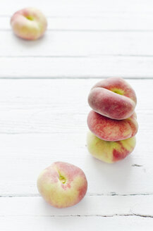 Peaches on wooden table, close up - CZF000001