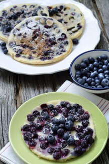 Plate with blueberry pancakes - OD000300