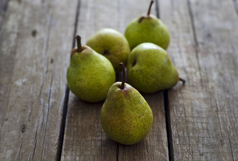 Green pears on wooden table, close up - CZF000016