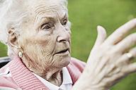 Germany, North Rhine Westphalia, Cologne, Senior woman looking away, close up - JAT000180
