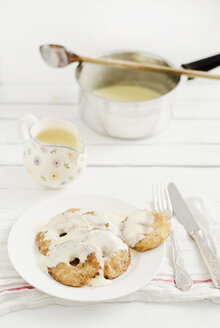 Apple fritters with custard on wooden table, close up - CZF000023